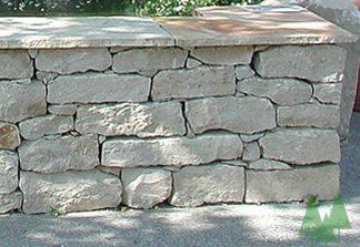 A: Muret en petites pierres naturells