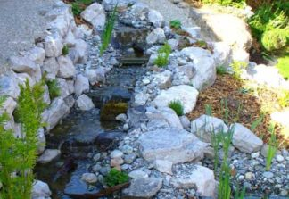 Wasserlauf/Bach und Wasserfall